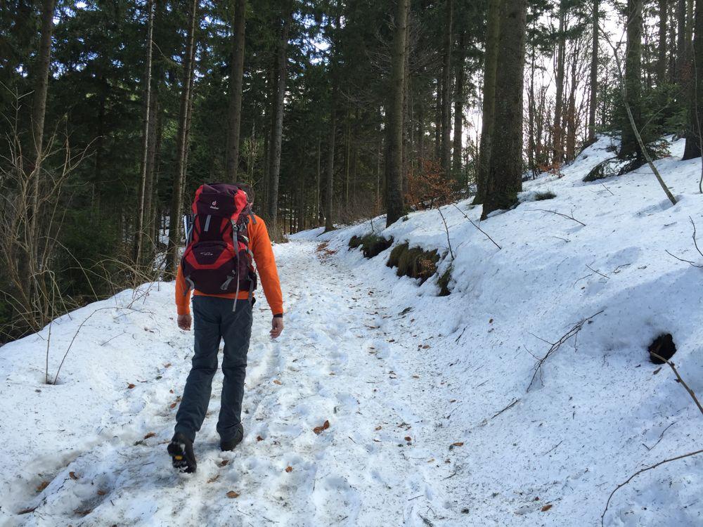 Wanderer beim Aufstieg im Schnee